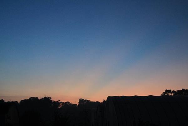 颱風來臨前的幅射狀晚霞