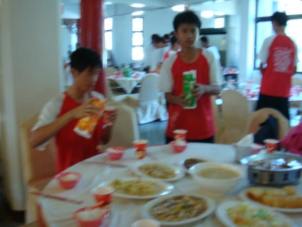 辛苦打飯的同學