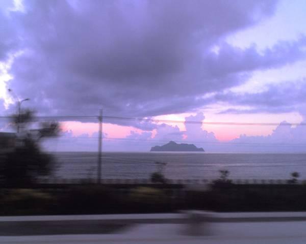 0816從礁溪回台北的車上努力捕捉龜山島.jpg