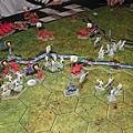 看來蘭尼斯特是以騎兵搶下右邊的戰略點,再用步兵強行軍搶到左邊的戰略點(地上白色圓形token)!