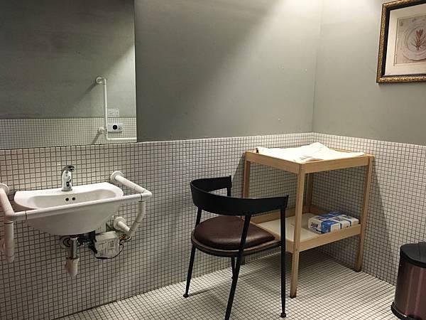 親子廁所裡的尿布台