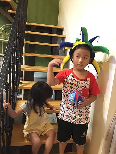 民宿提供的造型帽跟球