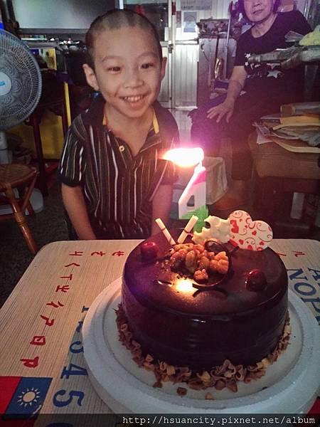 金龍彩贈送生日蛋糕