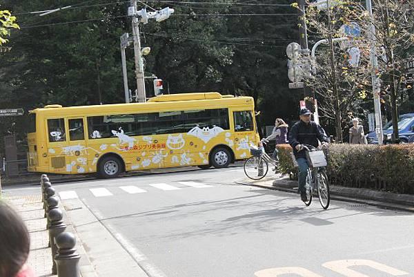 吉卜力的公車  吉卜力就在巷口 但是 去的這五天都遇到休館  只好下次再來
