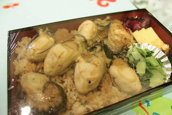 今日晚餐--特大號蚵仔飯  蚵仔好好吃 但是這個便當要1260日圓