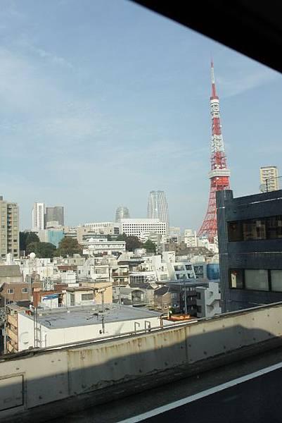 依依不捨 在車上拍的東京鐵塔