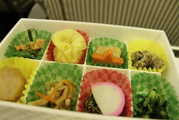 機上的日式餐點 不錯吃 但和昨天的豐盛便當比起來就差遠了