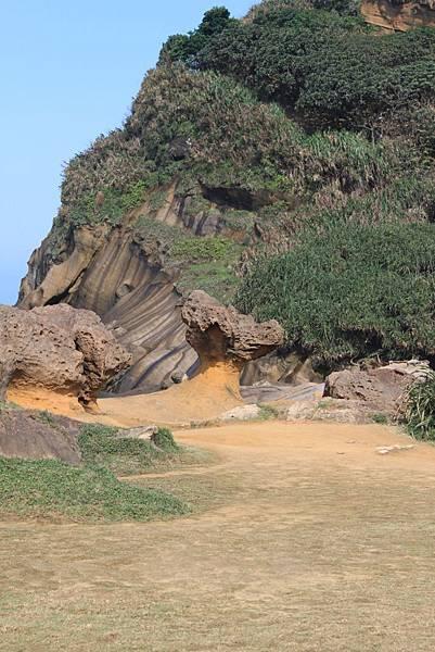 """中間的石頭叫""""龍頭石"""""""