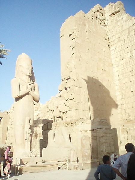 卡納克神殿裡的拉姆西斯二世巨像
