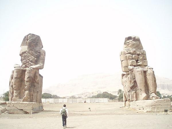 飽受風沙侵蝕的兩尊曼儂巨像