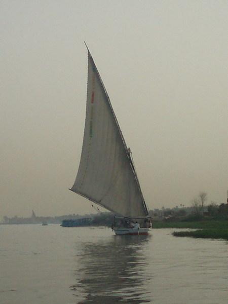 黃昏悠閒搭風帆船