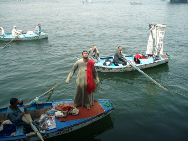 尼羅河上向遊輪遊客兜售商品的船販