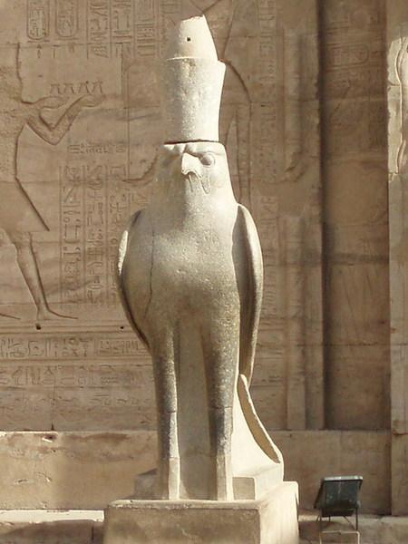 可愛威嚴的鷹神像
