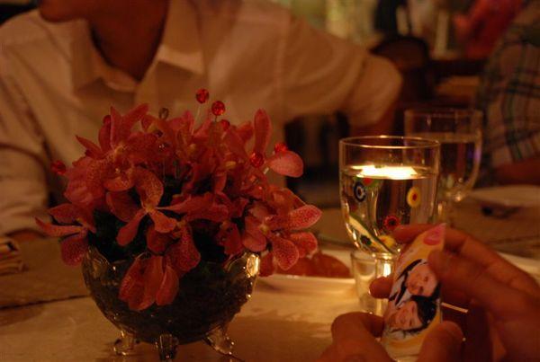 桌上的花和我們的謝卡