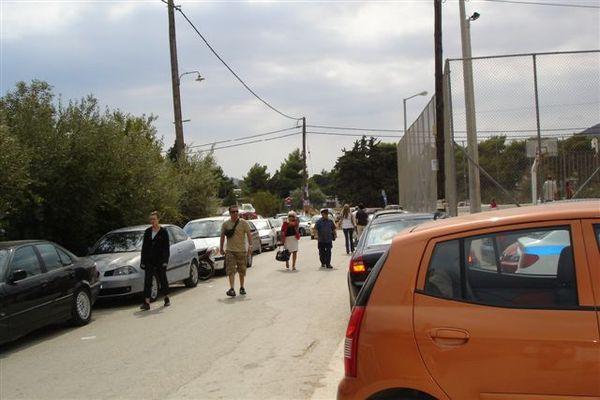 學校外停滿車子