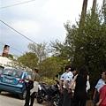 希臘警察在投票學校外面