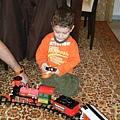 好專注的聽著教父解說火車玩法