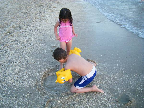 海邊嬉戲的孩子