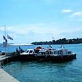 Kosta小港口旁停靠的接駁小船