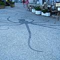 Spetses港口附近的咖啡店,地板上有漂亮的烏賊馬賽克圖