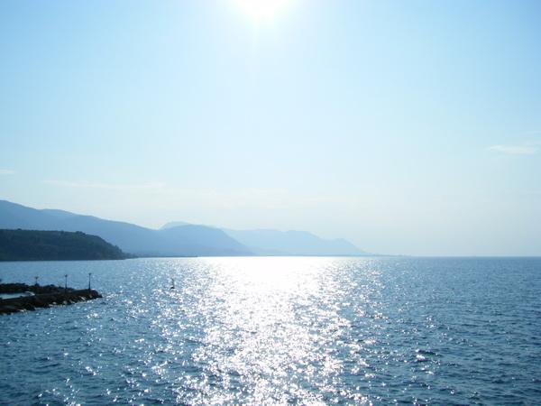 黃昏時的海水藍天烈陽