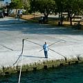 港口前海釣的老人