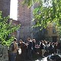 博物館附近,大家站著用餐,享受午後陽光