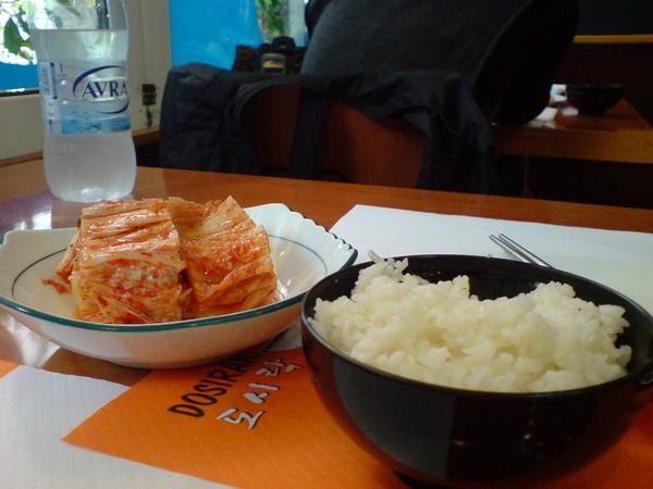 辣辣的泡菜配上熱騰騰的白飯