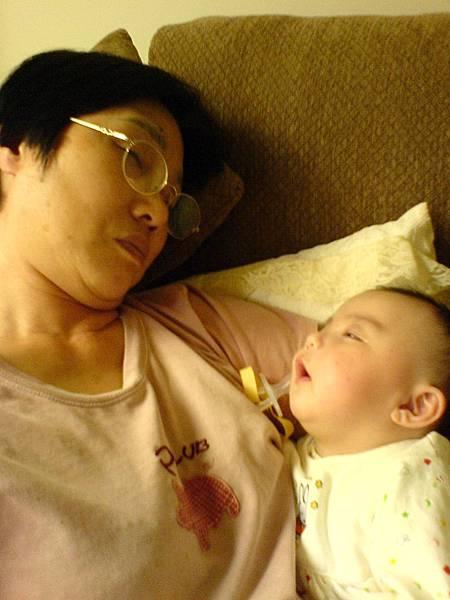 米媽和名名睡著的幸福畫面