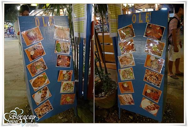餐廳前有兩面很大的菜單的照片