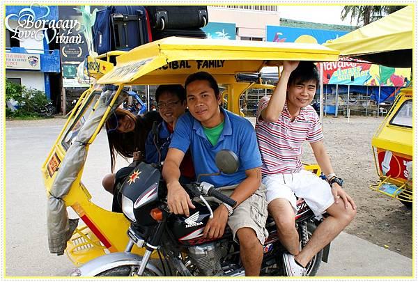 一台車塞了四個人+四個皮箱行李