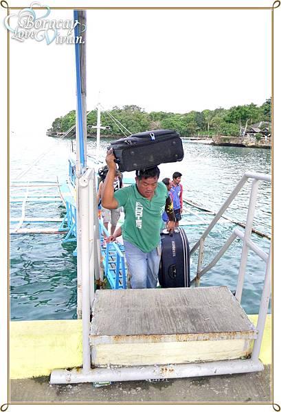 碼頭會有船夫幫忙拿行李(記得要給小費)