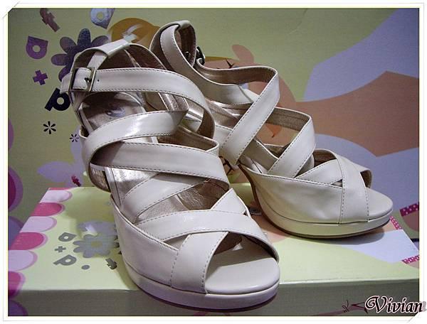 第二雙 白色羅馬跟鞋