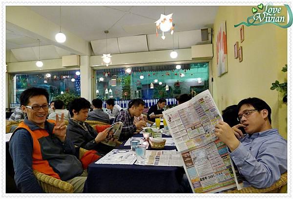 等飲料看報紙的一桌
