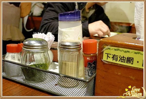 桌上的調味罐