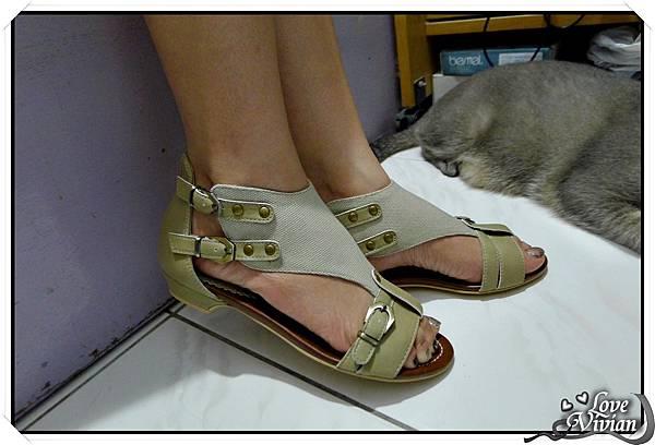 試穿~KAZANA平底拼色涼鞋