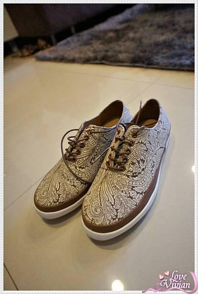 棕色花紋休閒鞋