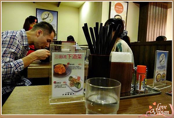 桌上簡單的餐具.jpg