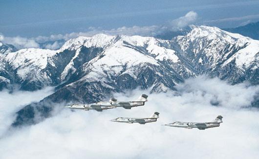 國軍F-104G戰機飛在覆雪的中央山脈上空