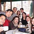 我在著名的〔雙叟咖啡館Les Deux Magots〕請團員們喝咖啡