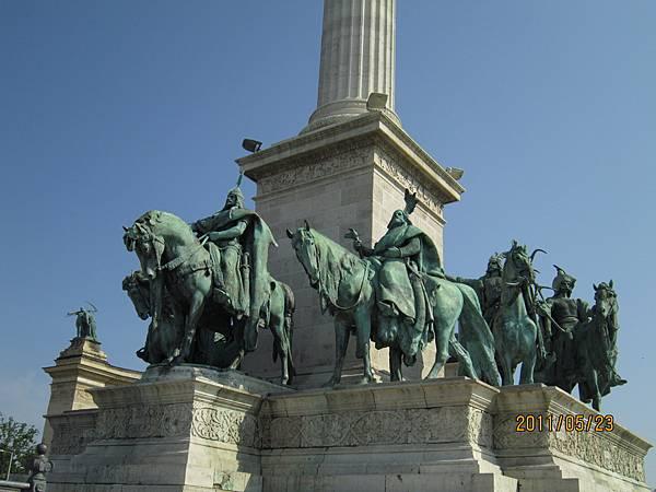 千年紀念碑雕塑在9世紀創建匈牙利的7個部落領袖