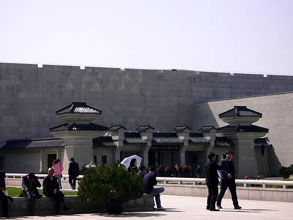陝西省.西安市-秦始皇兵馬俑博物館(二號坑以邊發掘邊展出的方式向外界開放-1994年9月)39-5.jpg