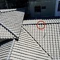 莫蘭蒂颱風災後屋頂曾發生巨響.猜想問題在這裡-疑似被砸破一個洞20160918