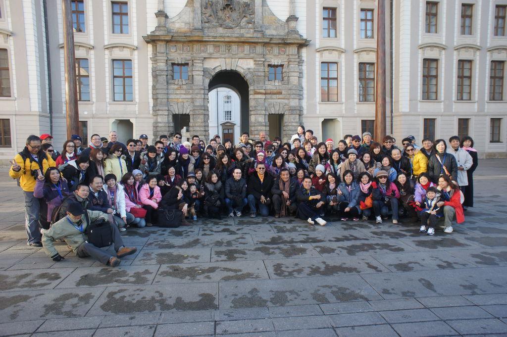 布拉格城堡-電子公司員工旅遊團員合影