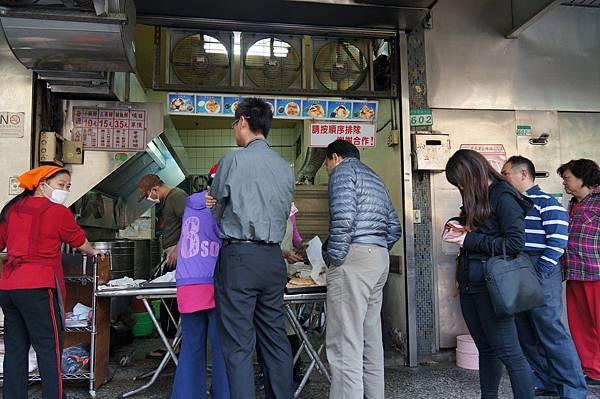 """南港美食推薦-好吃的胡椒餅,30多年老店""""老張炭烤燒餅店"""""""