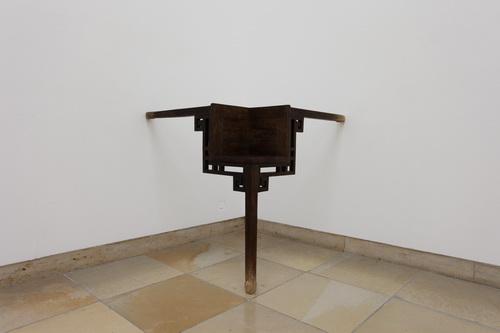 三條腿的桌子.JPG