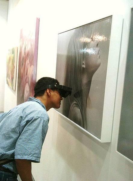 戴特殊眼睛觀察畫作的觀者.jpg