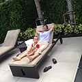 阿嬤悠哉的躺在游泳池旁的躺椅