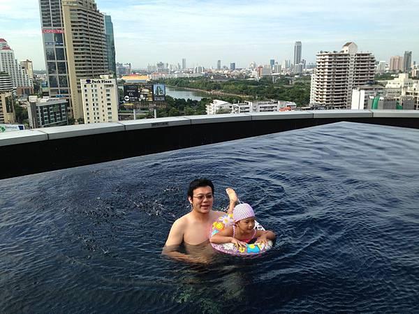TERMINAL 21的無邊際游泳池