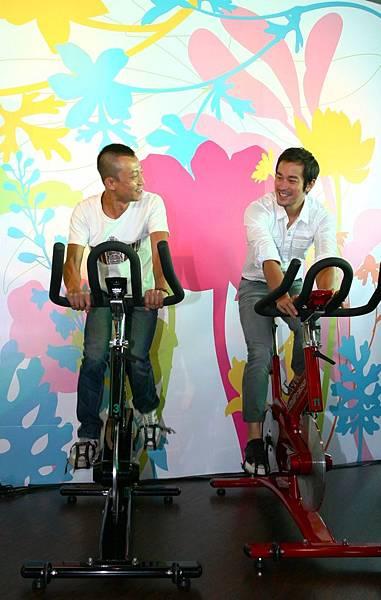 《女朋友男朋友》導演楊雅喆(左)、男主角張孝全現場PK飛輪腳踏車.JPG